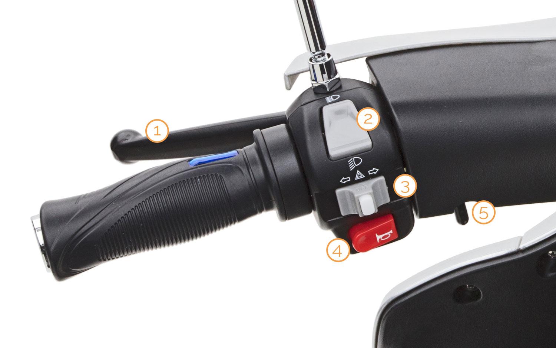 Linker Griff mit Armaturen des Bendi Dreirad Motorrollers