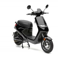 Der günstige Elektroroller Nova Motors eMace mit Digitaltacho in schwarz