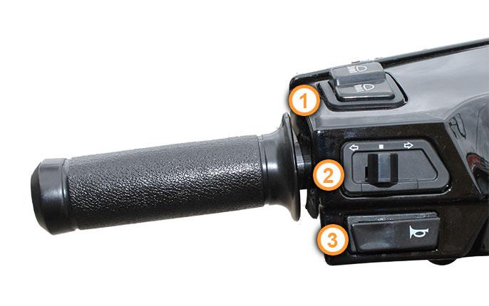 Linker Griff mit Armaturen des Retro Motorrollers