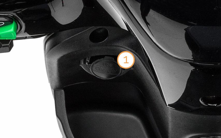 USB-Anschluss zum laden von Handy oder Smartphone des eMace  Elektro-Motorrollers