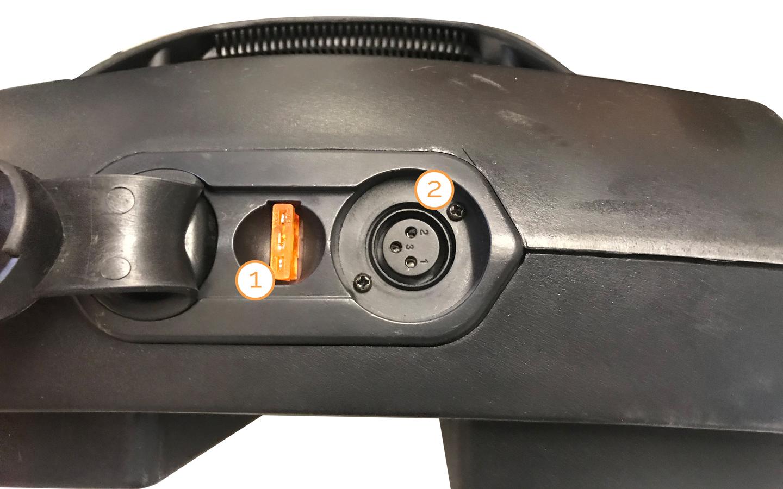 Die Ladebuchse an der ausgebauten Batterie des Nova Motors Kapitän Elektromobils