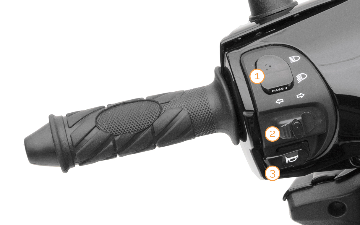 Linker Griff mit Armaturen des Nova Motors SP125i Motorrollers